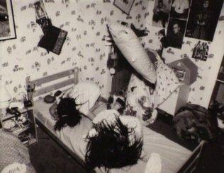 ghostwatch-1992-001-girls-in-bedroom-objects-floating