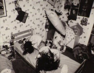 ghostwatch-1992-001-girls-in-bedroom-objects-floating